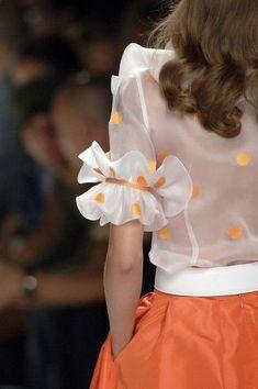 Lorenzo Riva at Milan Fashion Week Spring 2007 - Fashion details - Kurti Sleeves Design, Sleeves Designs For Dresses, Sleeve Designs, Stylish Blouse Design, Fancy Blouse Designs, Saree Blouse Designs, Dress Designs, Fashion Details, Look Fashion