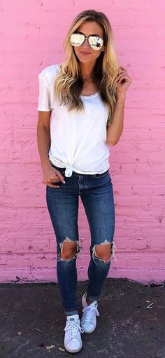 Simple outfit: t-shirt + ripped jeans + sneakers fashion trends in 2019 оде Outfit Jeans, Jeans And Sneakers Outfit, Sneakers Mode, Sneakers Fashion, Jeans Shoes, Chic Summer Outfits, Cozy Winter Outfits, Summer Outfits Women, Casual Outfits