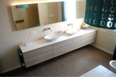 Bagno con pavimento e rivestimento in resina