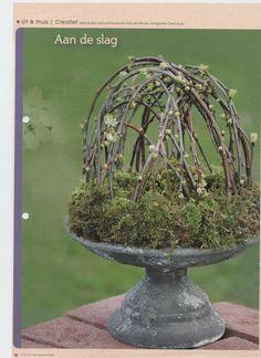 Moskrans met bloesemtakken - om de ronde vorm te krijgen zet je de takken eerst 24 uur gebogen in een teil of emmer water. Gebruik een groene oasis-krans en houd de takken af en toe vochtig.