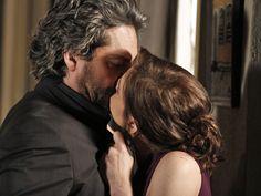 Entre tapas e beijos! Cora parte para o ataque e beija Zé Alfredo na boca