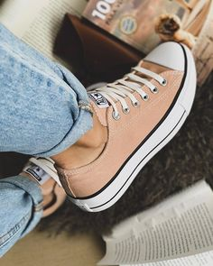 Uploaded by ELISA LA PLACA. Find images and videos about fashion, rose and sneakers on We Heart It - the app to get lost in what you love. Converse Beige, Mode Converse, Outfits With Converse, Converse Shoes, Shoes Sneakers, Beige Sneakers, Baskets Converse, Beige Shoes, Converse Tumblr