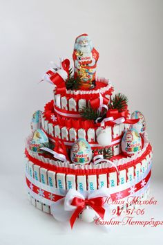 Cake made from chocolate candy Christmas Candy, Diy Christmas Gifts, Chocolate Flowers Bouquet, Sweet Trees, Candy Cakes, Candy Bouquet, Card Box Wedding, Candy Gifts, Chocolate Gifts