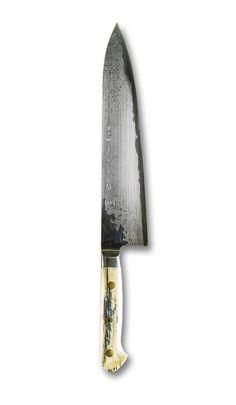 Le Gyuto est l'équivalent japonais du traditionnel couteau de chef. Il a une longueur variant généralement entre 210 et 270 mm. La forme standard du Gyuto est assez large près du manche, un profil linéaire vers la pointe pour hacher et une pointe effilée pour le travail de précision. Le Gyuto est LE couteau essentiel dans toute cuisine ! Il est un excellent complément du couteau d'office.