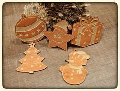 Vánoční ozdoby na stromeček 5 ks barvené Vánoční ozdoby na stromeček z 3mm topolové překližky, 5 kusů . Rozměry cca 7,5x7,5cm. Ozdoby jsou oboustranně mořené. Možno objednat i samostatně. Vyrobené ozdoby tu pro Vás vystavíme. Podívejte se i na další zboží z naší vánoční série: http://www.fler.cz/zbozi/vanocni-ozdoby-na-stromecek-5-ks-6826417