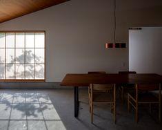 藤巻町の家|手嶋保 建築事務所 / t.teshima architect and associates Muji Home, Living Room Interior, Interior Inspiration, House Design, Dining, Interior Design, Architecture, Table, Furniture