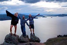 Foto com meus amigos viajantes na Ilha de Amantani, perto de Puno, no Peru. No mesmo passeio, Ilhas de Uros e de Taquile. O Lago Titicaca é o lago navegável mais alto do mundo e fica na fronteira do Peru com a Bolívia. Post: Mochilão no Peru: Dia 18   Diário de Bordo
