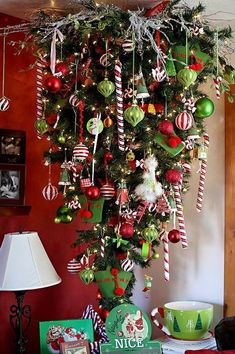 Upside down Christmas tree Christmas Tree Ideas For Small Spaces, Unusual Christmas Trees, Xmas Trees, Whimsical Christmas, Decorated Christmas Trees, Christmas Tree Decorations, Christmas Wreaths, Christmas Crafts, Christmas Tree Hanging From Ceiling
