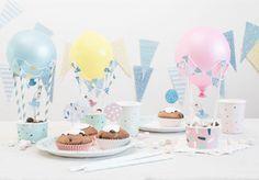 Pynt op med sjove luftballoner, når festbordet skal dækkes. Anna foreslår dertil, at De fylder kurvene med søde sager til både fødselar og gæster.