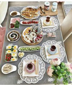 Breakfast Presentation, Food Presentation, Breakfast Recipes, Snack Recipes, Snacks, Bagel Bar, Turkish Breakfast, Lebanese Recipes, Food Decoration