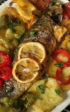 Aujourd'hui, je vous propose ma recette de daurade accompagnée de légumes au four. Un vrai délice Ingrédients; 3 daurades moyennes 3 poivrons verts, rouge, jaune coupés en rondelles pommes de terres 2 tomates coupées en rondelles 1/2 citron 1/4 de verre...