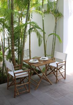 Der Klapptisch und die zwei Gartenstühle aus echtem Bambus sorgen für ein tropisches Flair auf deinem Balkon oder Terrasse.