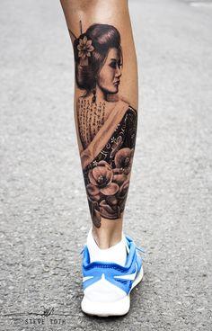 Geisha | girl | cherry flowers |tattoo | Frau | Woman | Kirschblüten | von Hinten | Rücken | asiatisch | Asian | Stäbchen im Haar | Black and White