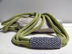"""I cord necklace with moss stitch """"charm"""" Spool Knitting, Loom Knitting Projects, Knitting Stitches, Knitting Patterns, Fiber Art Jewelry, Textile Jewelry, Fabric Jewelry, Jewellery, Knitted Necklace"""