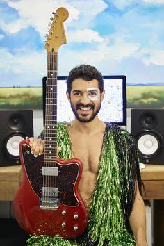 Matheus VK com sua guitarra e estética carnavalesca em um papo meio cabeça sobre comportamento, música e cultura! Foto: Victor Affaro | Maquiagem: Malu Von Kruger