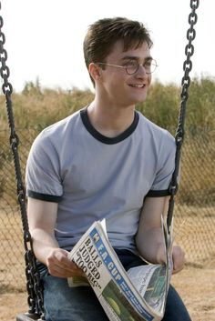 We've stumbled across a hilarious detail in the Harry Potter and the Order of the Phoenix film you probably haven't noticed before. Harry Potter Theories, Mode Harry Potter, Estilo Harry Potter, Harry Potter Draco Malfoy, Harry James Potter, Harry Potter Tumblr, Harry Potter Pictures, Harry Potter Fandom, Harry Potter Characters