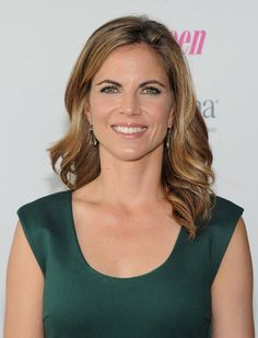 Natalie Morales Long Wavy Cut - Natalie Morales showed off her dirty blonde hair with a soft, loose wave. 2015 Hairstyles, Cool Hairstyles, Jennifer Aniston Legs, Natalie Morales, Amy Robach, Girl Celebrities, Hair 2018, Natural Women, Balayage Hair
