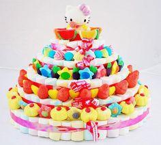 Menuda tarta de chuches más rica, seguro que haría las delicias de cualquier fiesta infantil... y no tan infantil... que yo también le hincaba el diente. Algunas como estas podeis ver en nuestra tienda http://www.articulos-fiestas-infantiles.es