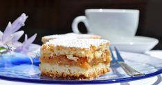 Prosta szarlotka z kruszonką przygotowana z .... kruszonki! Ciasto jest kruche, proste, pyszne. Nie robimy klasycznego spodu, a wykorzystujemy kruszonkę. Croatian Recipes, Tiramisu, Cheesecake, Dessert Recipes, Ethnic Recipes, Food, Cheese Cakes, Eten, Tiramisu Cake