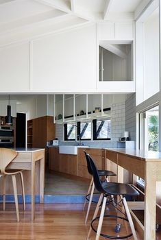 In this house by Vokes and Peters, the new combined kitchen and living space links to an L-shaped verandah that wraps two sides of the original house, allowing gatherings to overflow into the garden.