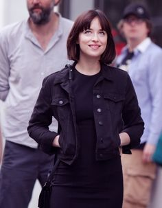 Dakota Johnson cracks a smile while filming St. Patrick's Day Parade scene for How To Be Single in NYC Short Hair With Bangs, Hairstyles With Bangs, Straight Hairstyles, Short Hair Styles, Hair Bangs, Dakota Johnson Hair, Dakota Johnson Style, Leila Yavari, Look Fashion