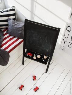 Måla ritstativ har målats om med svart färg. LILLABO leksaksbilar. Gästbloggare: Maria Riazzoli. Ikea Home Office, Anniversary Parties, 50th Anniversary, Verona, Chalkboard Paint, Home Decor Inspiration, Decoration, Playroom, Kids Toys