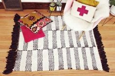 Diy hand woven rug.... Awesome tutorial. I will be trying this!
