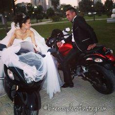 Bridge and groom motorcycle wedding photo Motorcycle Couple Pictures, Biker Couple, Biker Love, Biker Girl, Motocross Love, Gp Moto, Baby Bike, Bike Photoshoot, Motorbike Girl