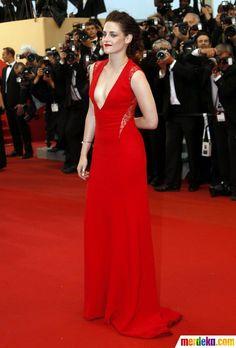Aktris Kristen Stewart tampil percaya diri mengenakan gaun berwarna merah terang dengan belahan dada sangat rendah.