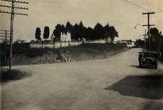 22-09-1928 - Estrada da Freguesia do Ó (atual trecho inicial da avenida Itaberaba). Vista do Cemitério da Freguesia do Ó, tomada das proximidades da rua Javoraú (à esquerda) em direção a rua Chico de Paula.
