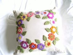 Crochet pillows with flowers in a circle Crochet Cross, Crochet Mandala, Crochet Home, Crochet Yarn, Crochet Flowers, Crochet Cushion Cover, Crochet Cushions, Sewing Pillows, Crochet Pillow