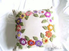 Almofada de crochê, de lã, em tons pastel