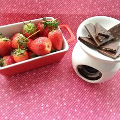 How cute is this?  I came out of the shower to find the mr had made us strawberries with a chocolate dipping station  AND a freshly brewed cup of tea.. If that's not keeper material I don't know what is  tonight is all about catching up with #gameofthrones before the new season starts tomorrow  hope time had a lovely weekend ladies!