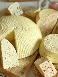 Ser dojrzewający podpuszczkowy - lepszy niż ser koryciński :) Dlaczego lepszy? A dlatego, że zrobiony w swoim domu :) Ma nie tylko oryginalny smak, wspaniały zapach i świetną konsystencję i dziury, ale też ma to, czego nie ma ser kupiony - ma w sobie radość i satysfakcję z własnoręcznego wyrobu! Dzięki temu smakuje najlepiej na świecie! B Food, Good Food, Cheese Recipes, Cooking Recipes, Gourmet Cheese, Czech Recipes, Tomato And Cheese, Romanian Food, Cheese Lover