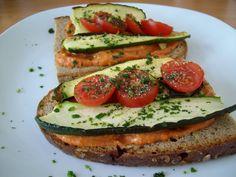Belegtes Brot mit Gemüse auf einer Tomatencreme #liekeurkorn