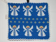 De här grytlapparna är stickade på en rundsticka och har samma mönster på båda sidorna. Stick O, Crochet Kitchen, Needlepoint, Pot Holders, Knit Crochet, Presents, Knitting, Christmas, Diy