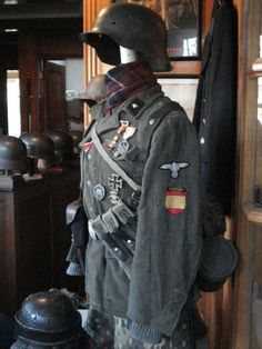 Uniform of a soldier from Infantry Division consisted og Spanish Volunteers Division Azul (Blue Division Ww2 Uniforms, German Uniforms, Military Uniforms, German Soldiers Ww2, German Army, Army Ranks, Germany Ww2, Military Equipment, Panzer