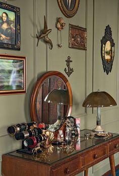 Penteadeira de madeira com luminária e quadros vintage