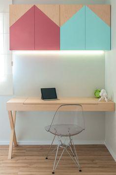 Escrivaninha ou penteadeira? Esta mesa cumpre ambas as funções: basta levantar a aba do tampo para o espelho aparecer. As portas do armário (Movelaria Laurel) receberam pintura rosa e turquesa. A cadeira Eifel, de Charles e Ray Eames, foi escolhida pelo desenho e pela ergonomia.