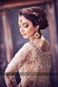 Latest Pakistani Bridal Wedding Hairstyles Trends Collection consists of beautiful bridal braids, updos, buns, curls with flowers etc Pakistani Bridal Wear, Pakistani Wedding Dresses, Bridal Dresses, Bridal Looks, Bridal Style, Desi Wedding, Wedding Bride, Wedding Hair Down, Bridal Hair And Makeup