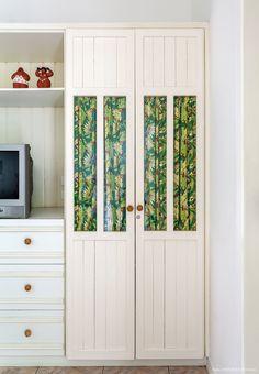 Tecido estampado instalado por dentro do armário com porta de vidro, deixa o móvel mais charmoso.