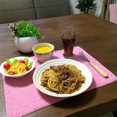 牛肉と牛蒡の和風スパゲッティは胡麻油で炒めて仕上げに白胡麻をタップリ。胡麻好きには、たまらないよ! (-_^) - 19件のもぐもぐ - 牛肉と牛蒡の和風スパゲッティ、パプリカサラダ、パンプキンスープ、ルイボスティー by pentarou