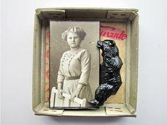 Mano Kellner  est une artiste allemande, sa spécialité ?Mettre des objets en boite.  Elle récupère des coffrets à cigares, boites à allu...
