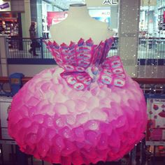 Dress made out of cupcake liners and cupcake candy wrappers cute^^<<< Trickster mode! Dress Out, Diy Dress, Paper Fashion, Fashion Art, Anything But Clothes, Recycled Art Projects, Recycled Materials, Candy Costumes, Halloween Costumes