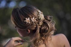 Arranjo para cabeça em tom dourado com flores, brilho e pérolas. Todos os detalhes criados pela Marcia Marquez.