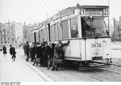 BERLIN 1946, solange die Oberleitung noch fehlte,mussten Fahrgaeste  bis zum Strombereich schieben. Huttenstrasse, Berlin-Moabit