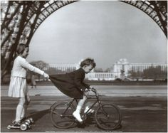 Robert Doisneau – was a French photographer. In the he used a Leica on the streets of Paris. This was taken at the base of the Eiffel Tower. Robert Doisneau, Tour Eiffel, Black White Photos, Black And White Photography, Les Petits Frenchies, Georg Christoph Lichtenberg, Street Photography, Art Photography, Photography Portfolio