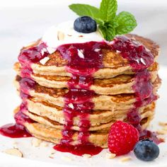 Healthy Recipes Start your day with super easy to make healthy oat pancakes topped with berry sauce! Each pancake is packed with oatmeal, flaxseed, oat bran and Greek yogurt. Healthy Oat Pancakes, Healthy Snacks, Healthy Recipes, Pancakes With Oats, Oatmeal Pancakes Easy, Banana Oat Pancakes, Greek Yogurt Pancakes, Healthy Yogurt, Cheap Recipes