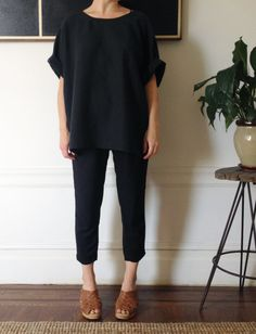 all black outfit with camel toned shoes minimal wardrobe ideas Looks Total Black, Mode Style, Style Me, Looks Street Style, School Looks, Mode Inspiration, Capsule Wardrobe, Wardrobe Ideas, Minimalist Fashion