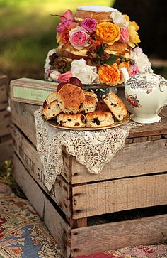 caja de madera. estilo vintage. wooden crate. Afternoon tea.